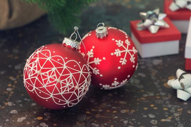 Два красных рождественский бал. в задней части гардероба находятся новогодние подарки в размытости. выборочный фокус