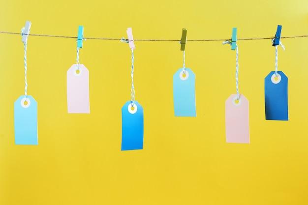 しわくちゃの色の洗濯はさみで、ロープの上でパフにぶらぶらしています。