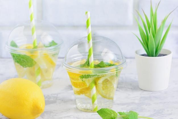 Прохладная вода детокс с ломтиком лимона и мяты