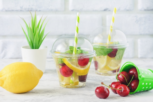 Настоянная вода со свежей органической фруктово-ягодной мятой