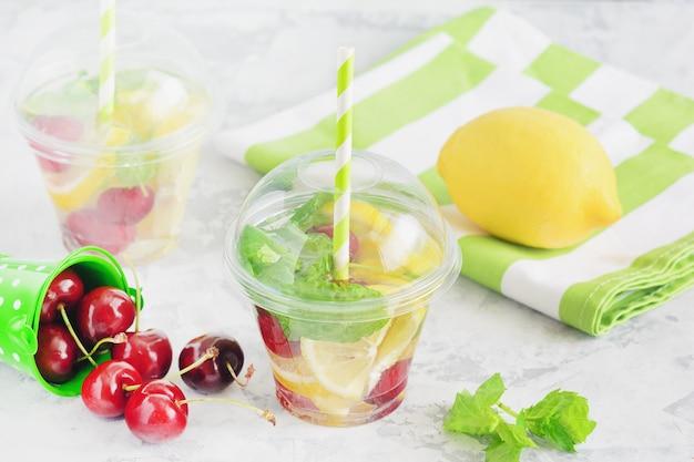 Заряженная фруктовая вода с кусочком цитрусовых и ягодной мятой