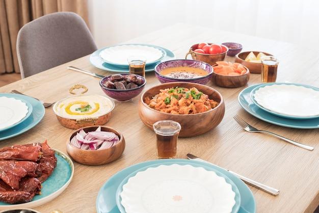 自宅のイフタールフードテーブル。ラマダンの夕食。アラビア料理