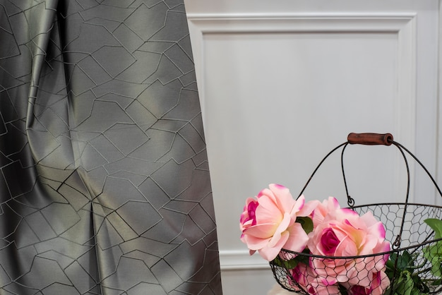 グレーのサテンのカーテン生地のサンプル。カーテン、チュール、家具の室内装飾品