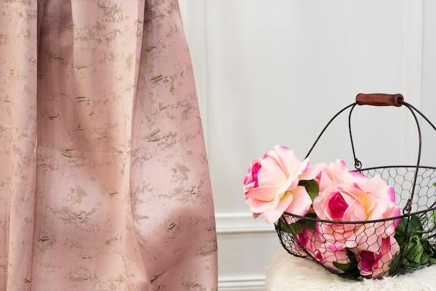 ピンクのカーテン生地サンプル。カーテン、チュール、家具の室内装飾品