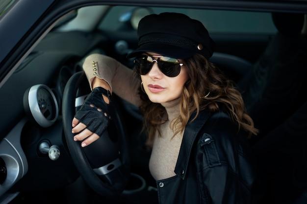 レトロな車の中で若い女性