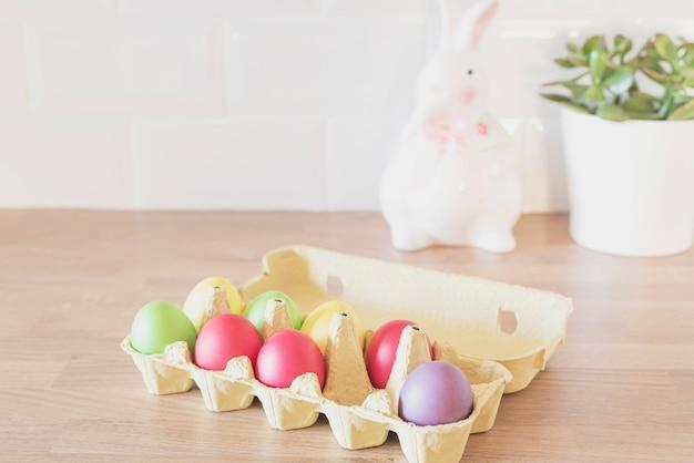 Пасхальные яйца в картон, коробка, кролик, сочные на кухне счетчик, крупным планом. кухонные принадлежности в современном интерьере кухни.