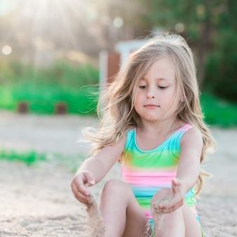 砂で遊ぶ少女