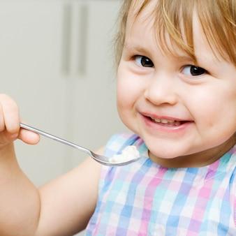 食べる小さな子供