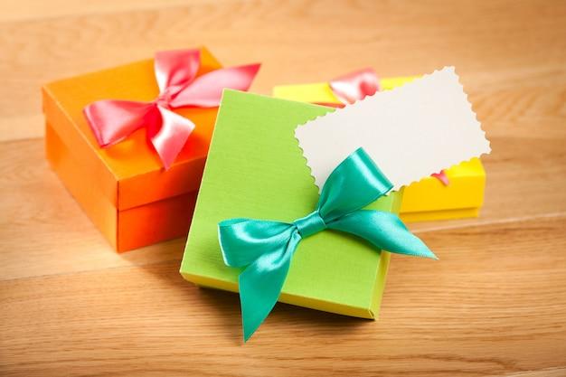 Яркие подарочные коробки с картой на деревянном фоне