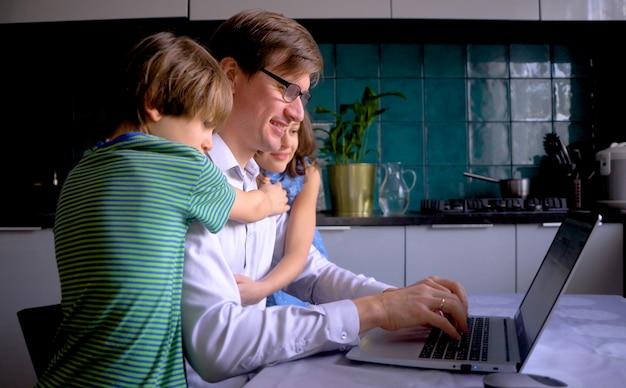 家族が自宅にいるときのリモート在宅勤務。