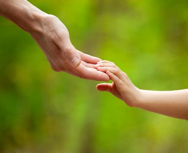 父と子供たちの手。