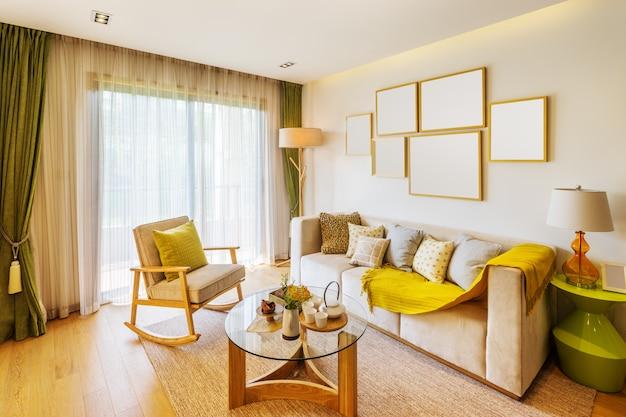 Интерьер гостиной с большим окном и красивым диваном