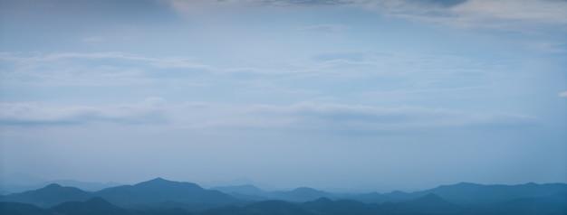 灰色の雲と山