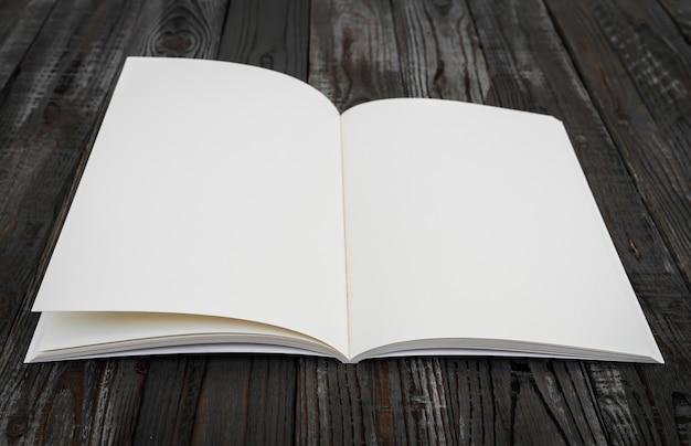 木製のテーブルの上に空白の本