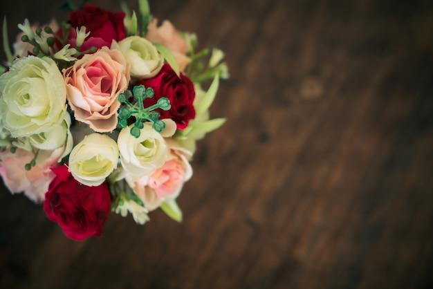 木製の背景に花のブーケ