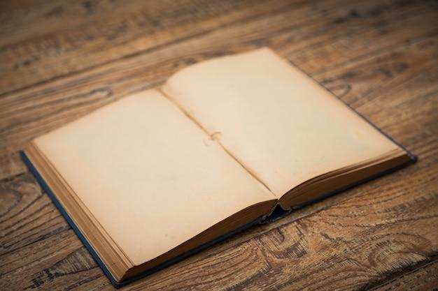 木製のテーブルの上に開いている古い本