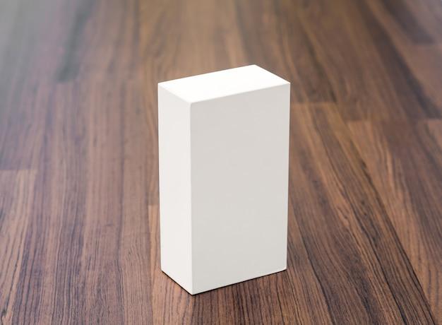 木製のテーブルの上に白いボックス