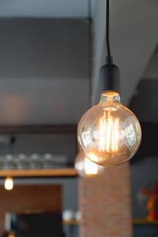 Большая электрическая лампочка в ресторане