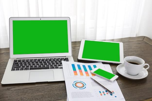 緑色の画面とノートブック、タブレットとモバイル