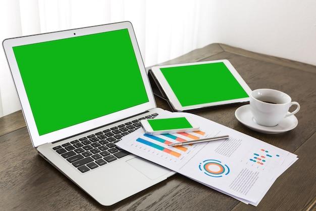 緑色の画面とノートパソコン、タブレットとモバイル