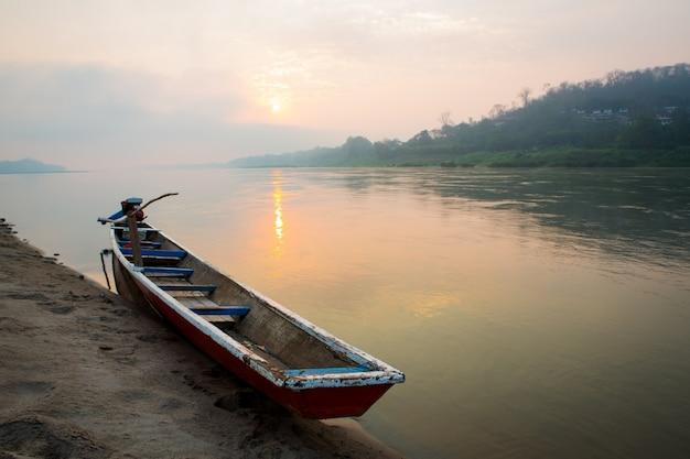 ボートで湖の朝