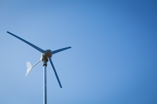 Ветер турбины на голубое небо