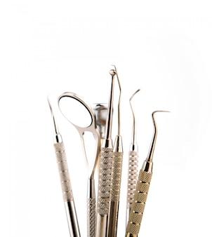 歯科工具および機器。白い背景の上