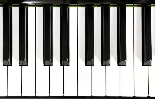 閉じるピアノのキーのアップ