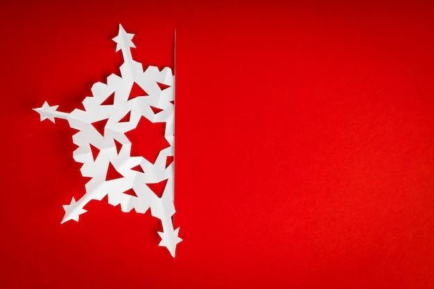 真の紙雪片とヴィンテージのクリスマスポストカード