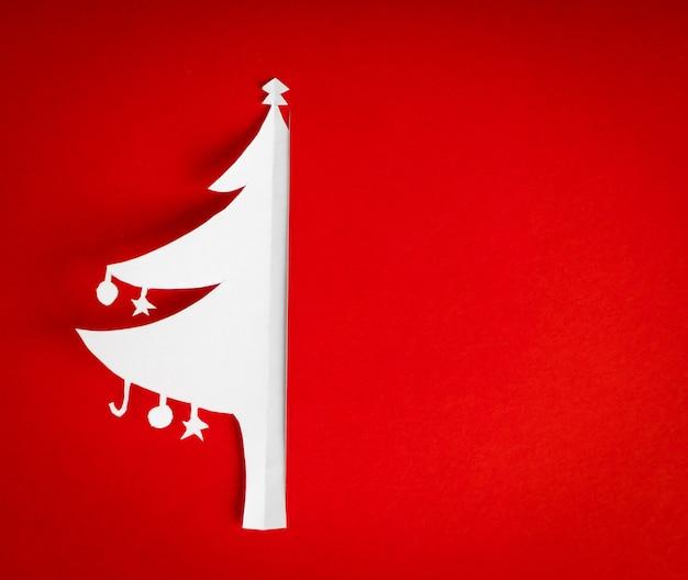 真の紙クリスマスツリーとヴィンテージのクリスマスポストカード