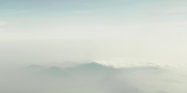雲の間の山