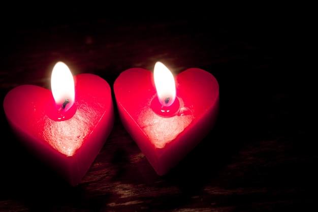 Красные горящие свечи в форме сердца