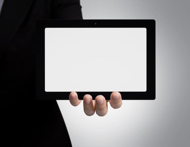 空白のタブレットを示すビジネスマンの手