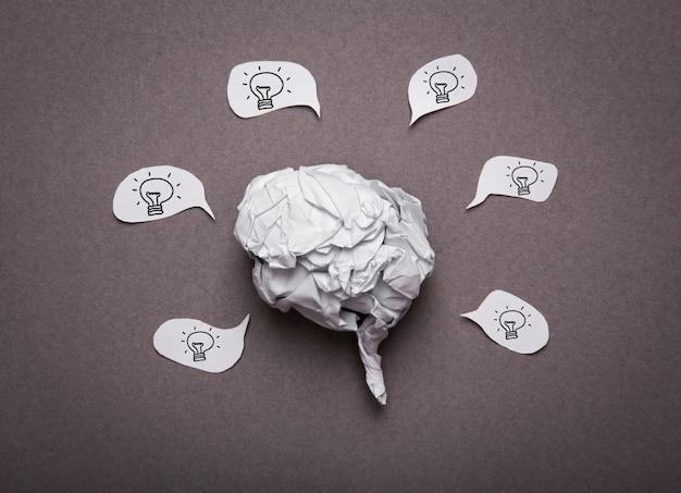 Медицинский фон, скомканная бумага форма мозга с лампочкой