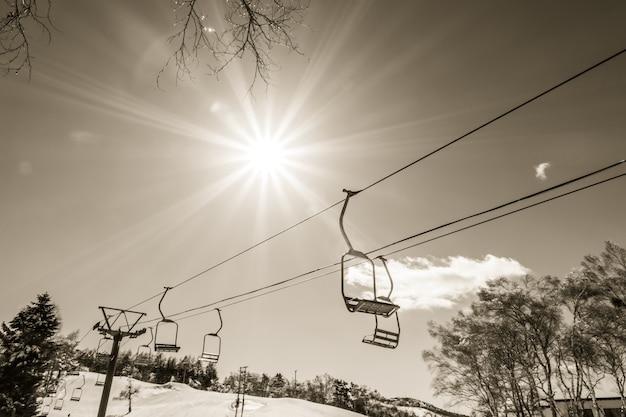 Закат и подъемник собирается над горой (фильтрованное пр изображения