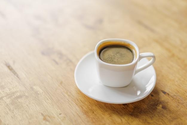 木製のテーブルの上にエスプレッソコーヒーカップ