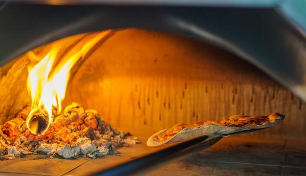 オーブンでピザ