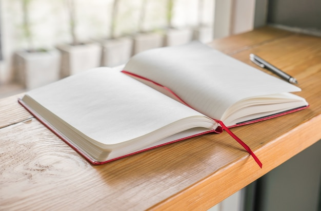 木製の背景にモックアップブランクカタログ、雑誌、書籍