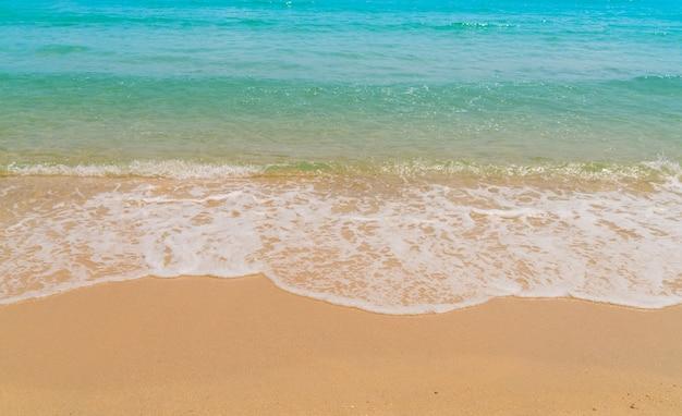 砂のビーチで海の波