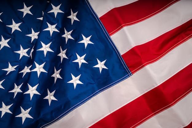 アメリカの国旗は、秋の太陽の下で飛ぶ。