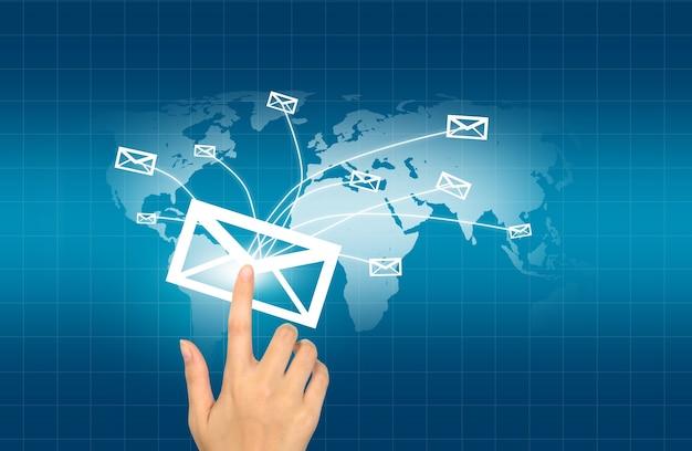 世界に送られ、封筒を押す手
