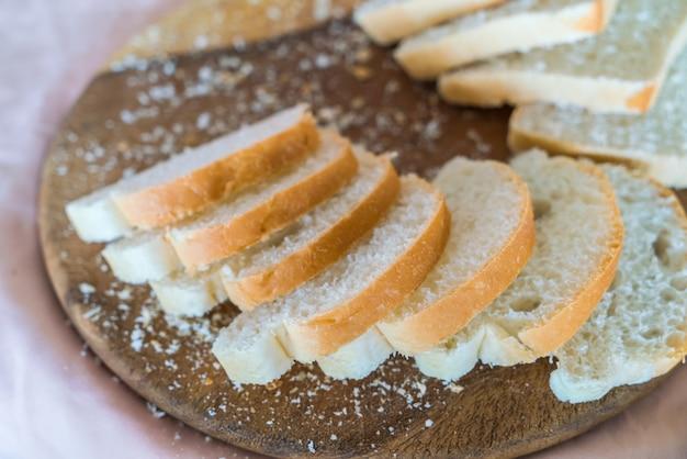 木材上のスライス白パン
