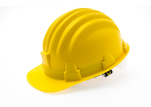 Желтый жесткий пластмассовый шлем строительство на белом фоне.
