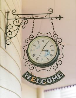 古いアンティーク時計(ビンテージ効果を処理し、フィルタリングされた画像。)