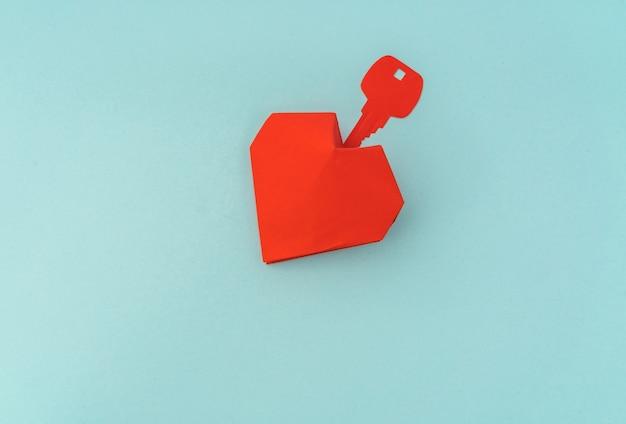 愛の象徴のような心臓のためのキーの紙カット。