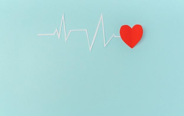 バレンタインデーのための心拍リズムの心電図の紙カット。