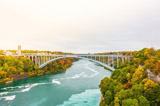 新しい近代的な風景の水を橋