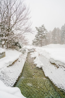 温泉川が日本の町を流れる。