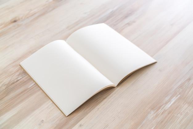 空のカタログ、雑誌、本は木の背景にモックアップ。