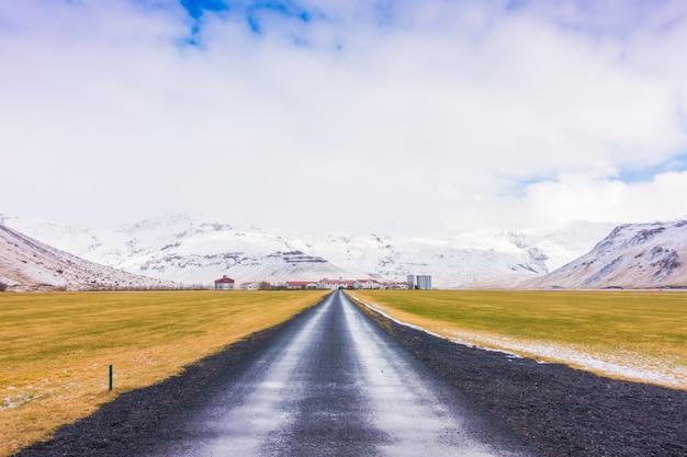 美しい道空の季節の自然